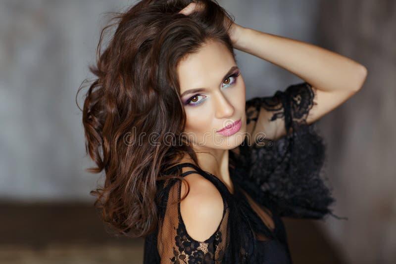 Schönes, bezauberndes und sexy Mädchen mit schönem Make-up im bla lizenzfreie stockfotografie