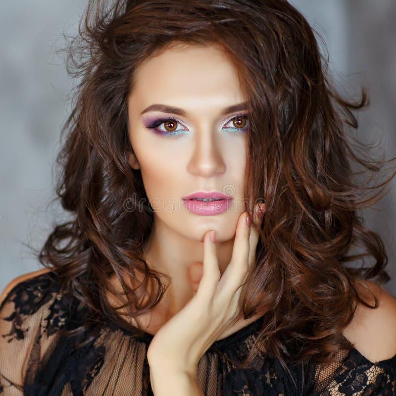 Schönes, bezauberndes und sexy Mädchen mit schönem Make-up im bla lizenzfreie stockbilder