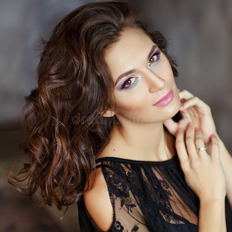 Schönes, bezauberndes und sexy Mädchen mit schönem Make-up im bla lizenzfreies stockbild