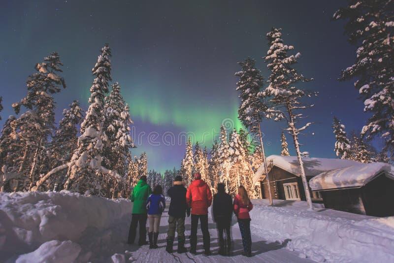 Schönes Bild von enormer mehrfarbiger grüner vibrierender Aurora Borealis, Nordlichter stockfoto