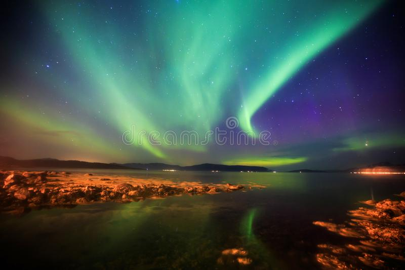 Schönes Bild von enormer mehrfarbiger grüner vibrierender Aurora Borealis, Aurora Polaris, wissen auch als Nordlichter in Norwege stockfotografie