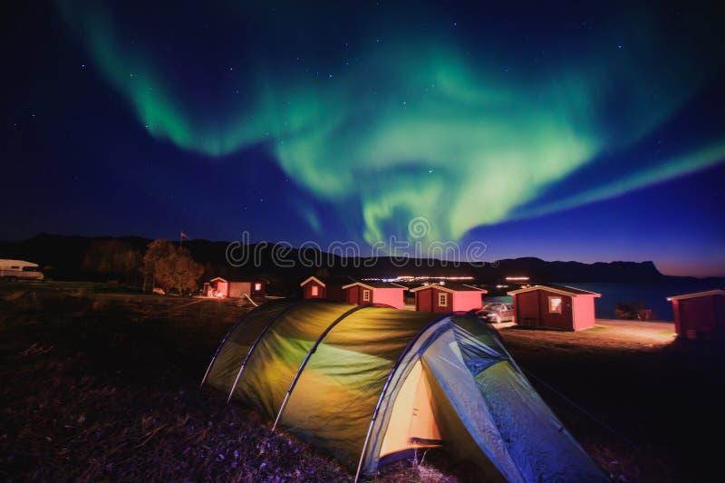 Schönes Bild von enormer mehrfarbiger grüner vibrierender Aurora Borealis, Aurora Polaris, wissen auch als Nordlichter in Norwege stockfoto