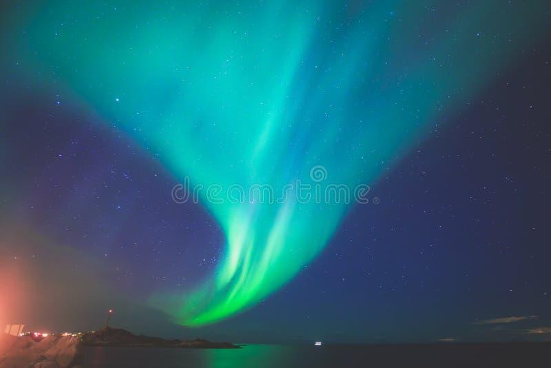 Schönes Bild von enormer mehrfarbiger vibrierender Aurora Borealis, Aurora Polaris, wissen auch als Nordlichter im nächtlichen Hi stockfoto