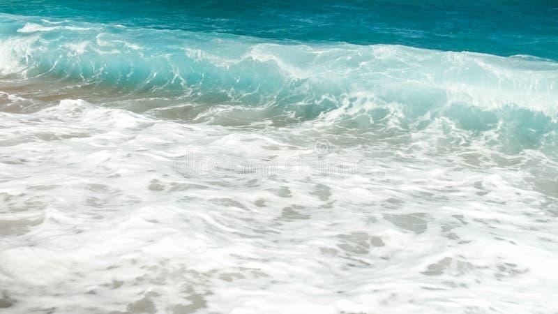 Schönes Bild von Wellen des wogenden Sees Türkisozean-Seegezeiten stockbild