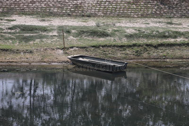 schönes Bildboot im Wasser lizenzfreies stockfoto