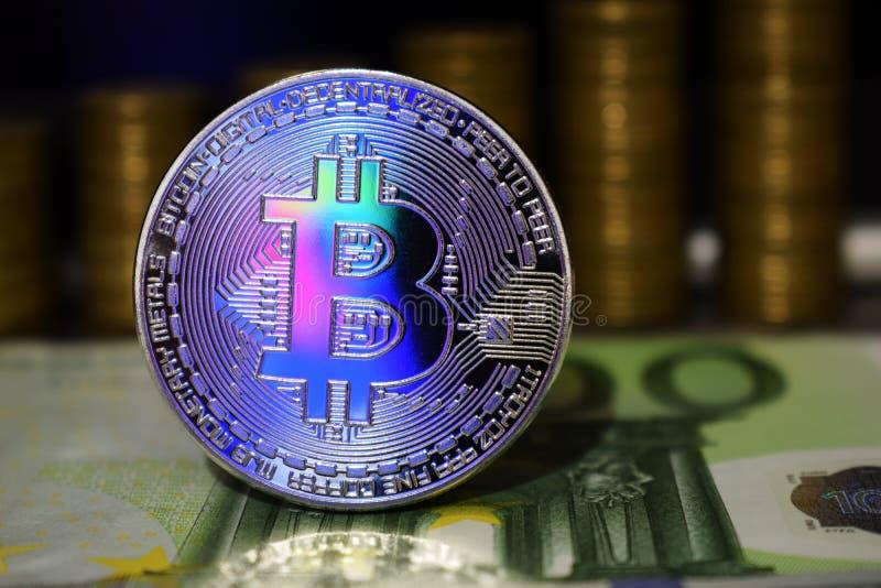 Schönes Bitcoin BTC auf dem Hintergrund der Eurobanknote und der Goldmünzen lizenzfreie stockbilder