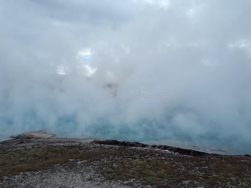 Schönes blaues Geysir ` mystisches Frühling ` in Norris Geyser Basin im Park Yellowstone stockfotos