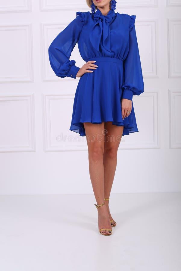 Schönes blaues Kleid lizenzfreie stockfotos