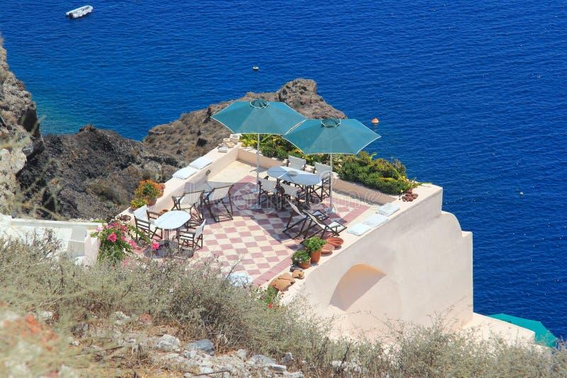 Schönes blaues Meer auf Santorini, Griechenland stockbild