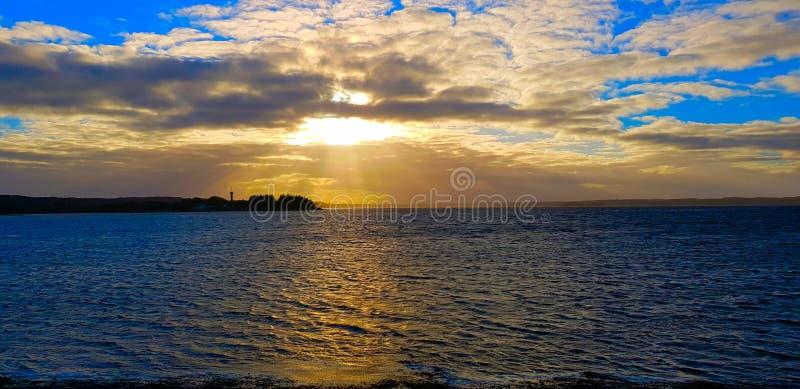 Schönes blaues Meer mit Sonnenuntergang stockfotos