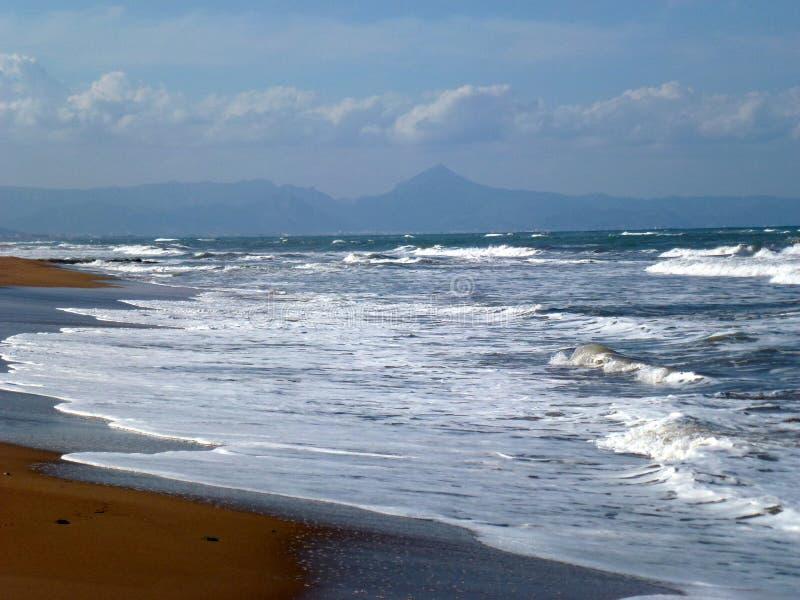 Schönes blaues Meer und Strand in Denia, Spanien lizenzfreies stockfoto