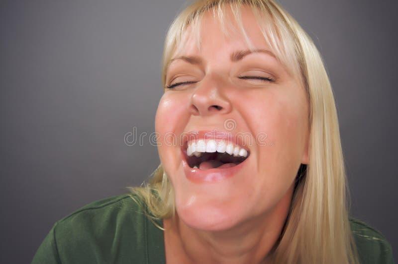 Schönes blondes Frauen-Lachen lizenzfreie stockbilder