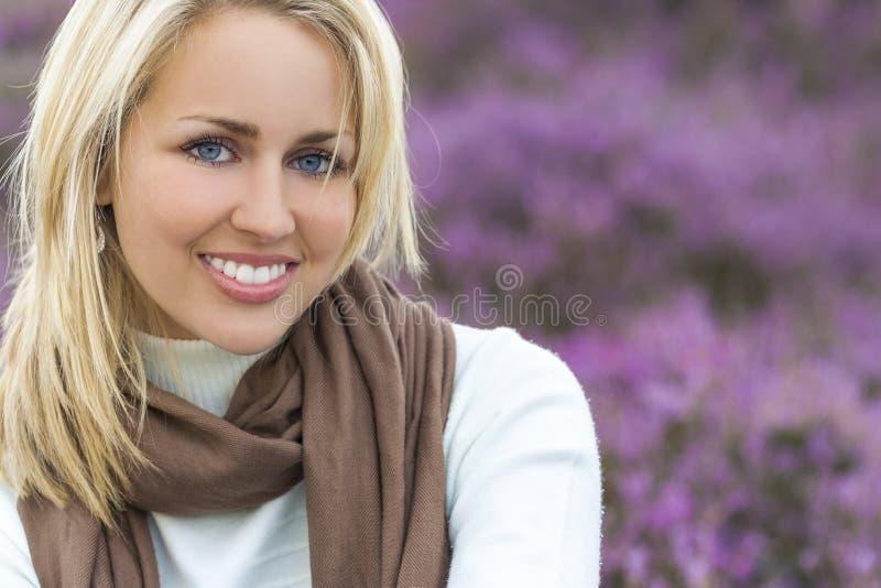 Schönes blondes Frauen-Mädchen in der Heide stockfoto