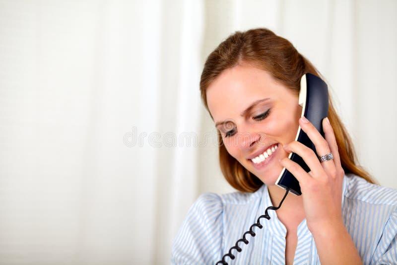 Schönes blondes lächelndes und sprechendes Mädchen lizenzfreies stockbild