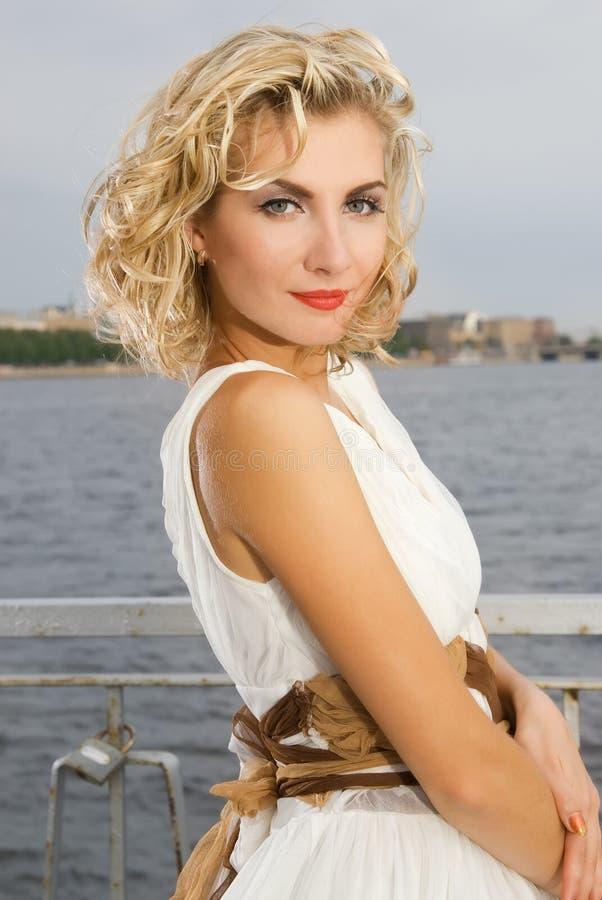 Schönes blondes Mädchen stockbilder