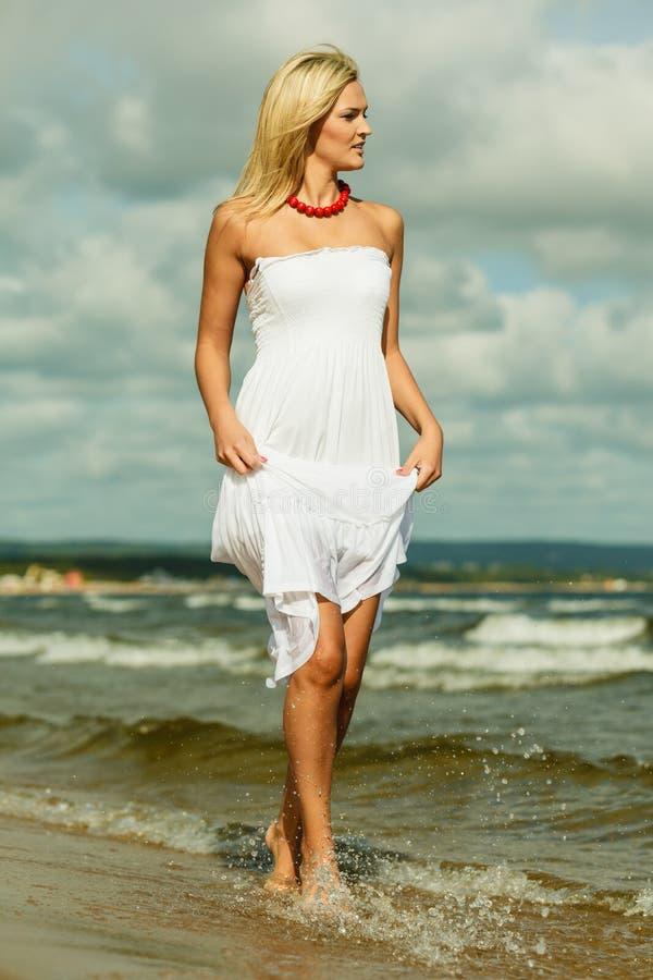 Schönes blondes Mädchen auf Strand, Sommerzeit stockbild