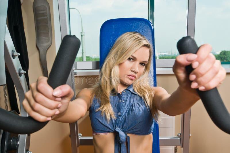 Schönes blondes Mädchen an der Gymnastik lizenzfreie stockfotografie