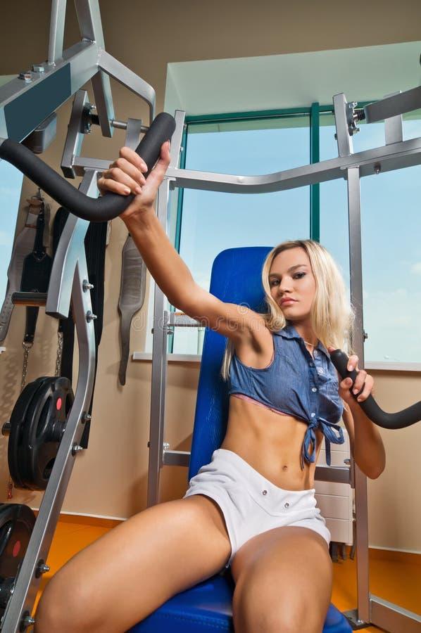 Schönes blondes Mädchen an der Gymnastik stockbilder