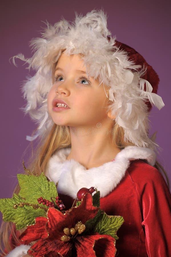 Schönes blondes Mädchen in einem Weihnachts-Hut mit einem Weihnachten-bouque lizenzfreie stockbilder