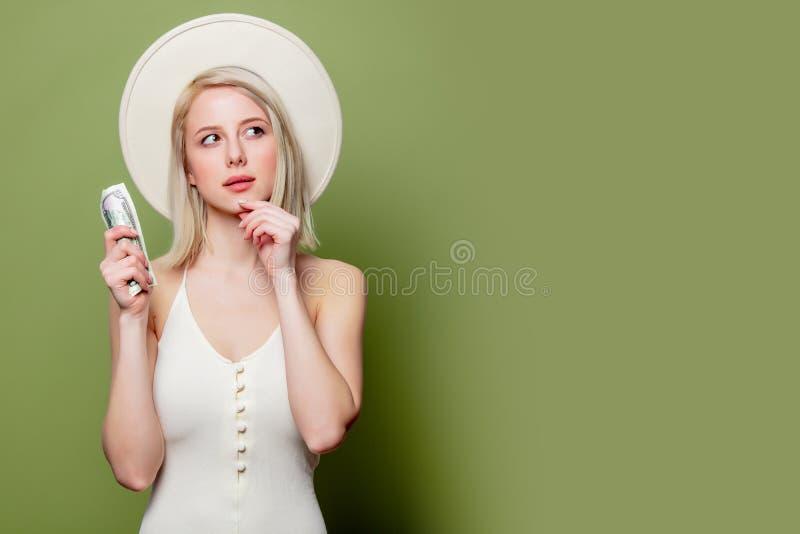 Schönes blondes Mädchen in Hut mit Geld lizenzfreies stockfoto