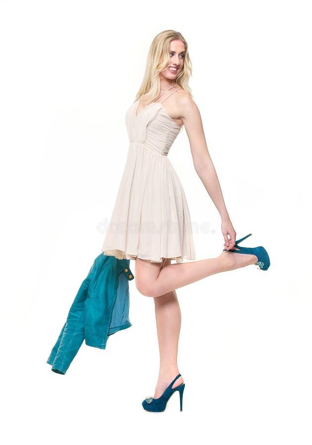 Schönes blondes Mädchen im reizvollen Kleid lizenzfreie stockfotos