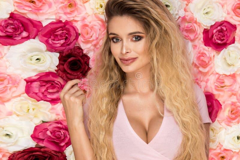 Schönes blondes Mädchen im rosa Kleid mit Gelb blüht Tulpen I lizenzfreies stockbild