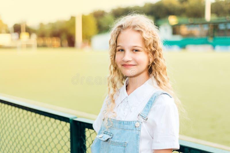 Schönes blondes Mädchen mit dem Lachen der blauen Augen lizenzfreies stockbild
