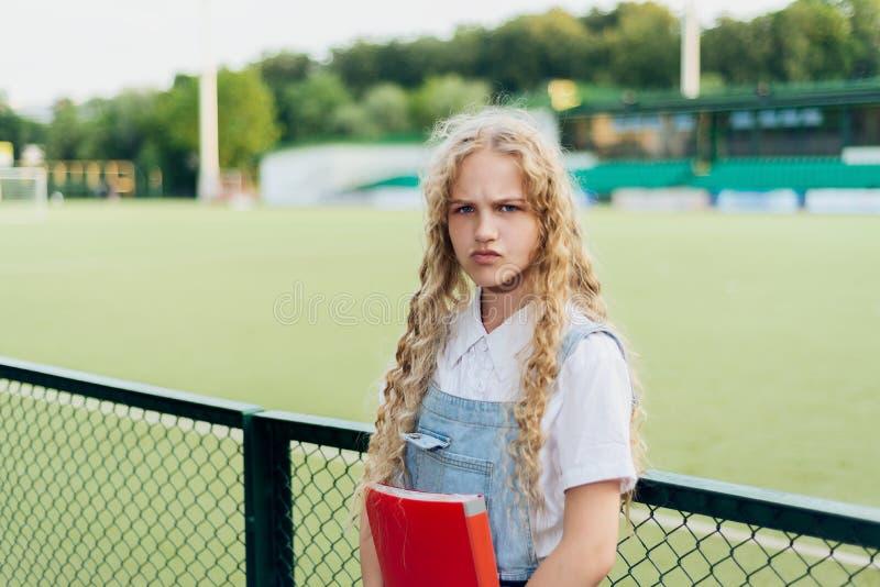 Schönes blondes Mädchen mit dem Lachen der blauen Augen stockfotografie