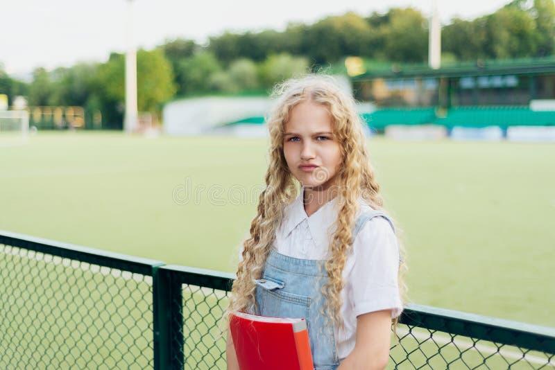 Schönes blondes Mädchen mit dem Lachen der blauen Augen stockbilder