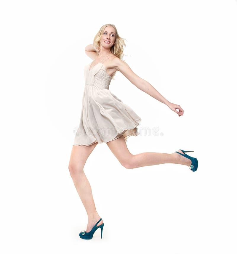 Schönes blondes Mädchen-Springen lizenzfreie stockbilder