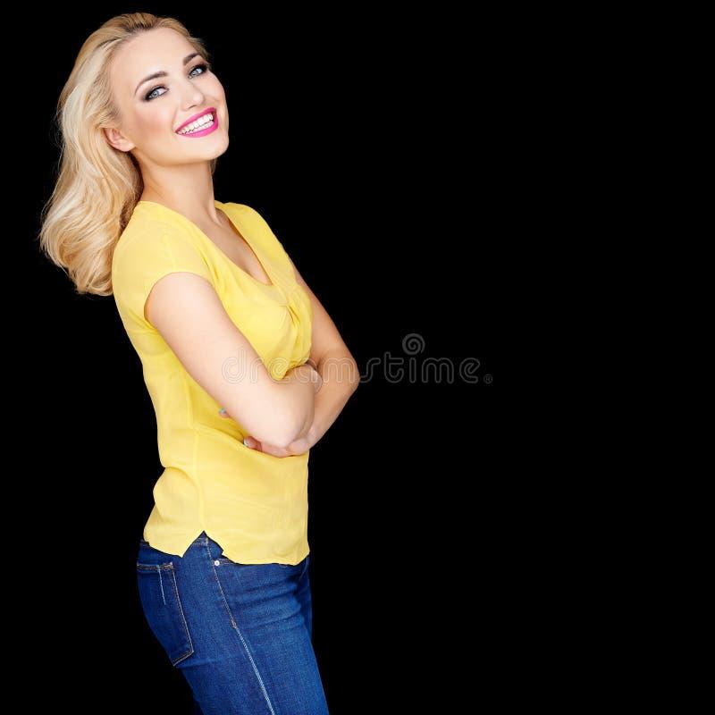 Schönes blondes mit den gefalteten Armen lizenzfreies stockfoto