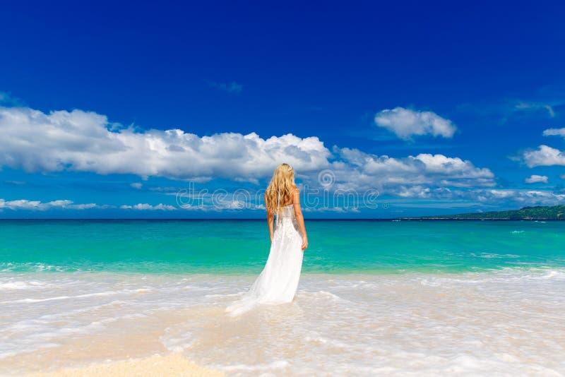 Schönes blondes Verlobtes im weißen Hochzeitskleid mit großem langem whi lizenzfreies stockbild
