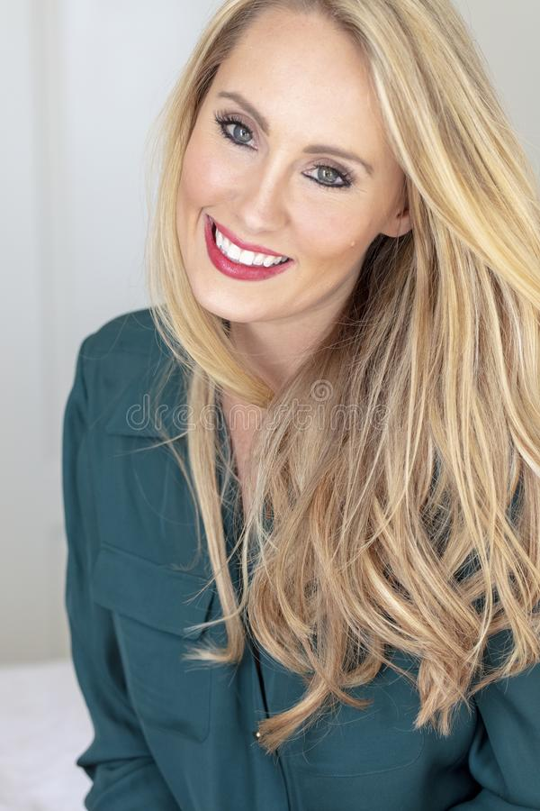 Schönes blondes vorbildliches Posing In eine familiäre Umgebung lizenzfreie stockbilder