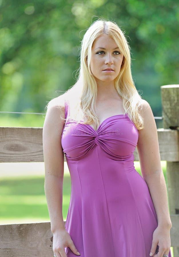 Schönes blondes weibliches Modell in Pflaume sundress lizenzfreie stockfotografie