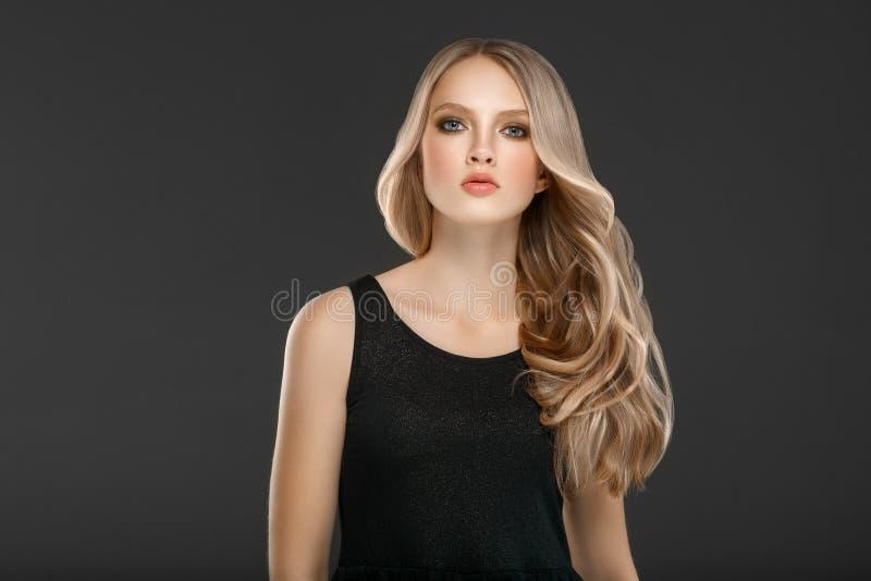 Schönes Blondine-Schönheits-Modell Girl über schwarzem Hintergrund stockfoto