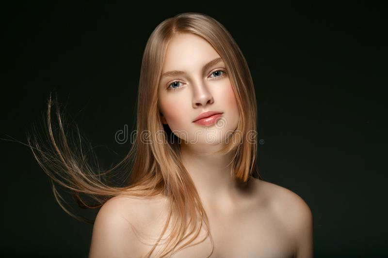 Schönes Blondine-Schönheits-Modell Girl mit perfektem Make-up ove stockfotos