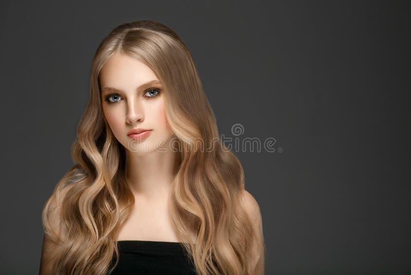 Schönes Blondine-Schönheits-Modell Girl mit perfektem Make-up ove stockfotografie