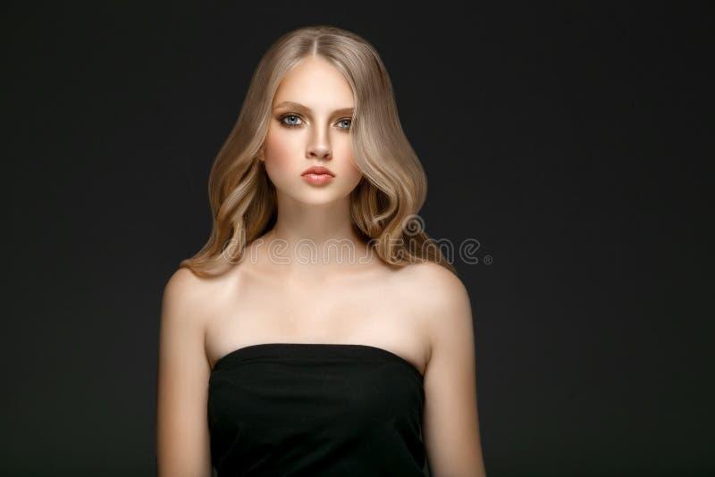 Schönes Blondine-Schönheits-Modell Girl mit perfektem Make-up ove lizenzfreie stockfotografie