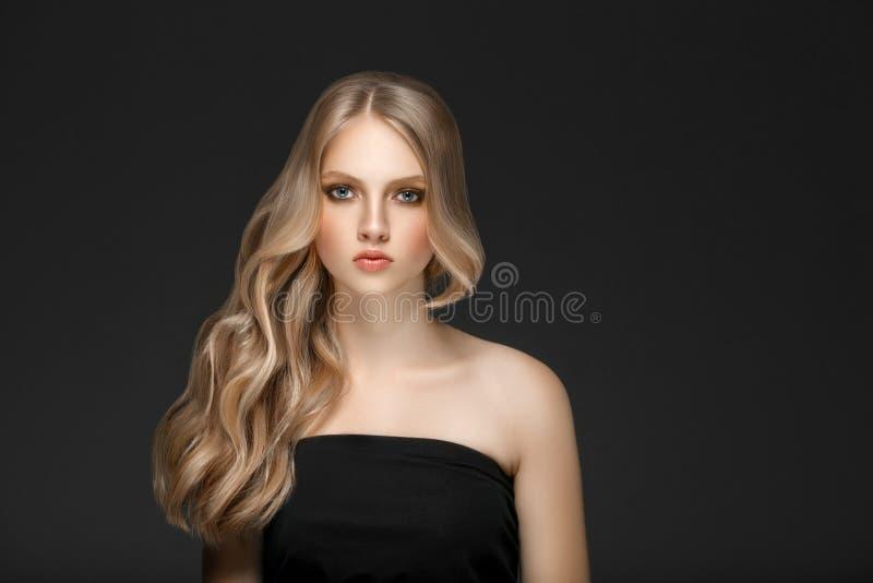 Schönes Blondine-Schönheits-Modell Girl mit perfektem Make-up ove stockbild