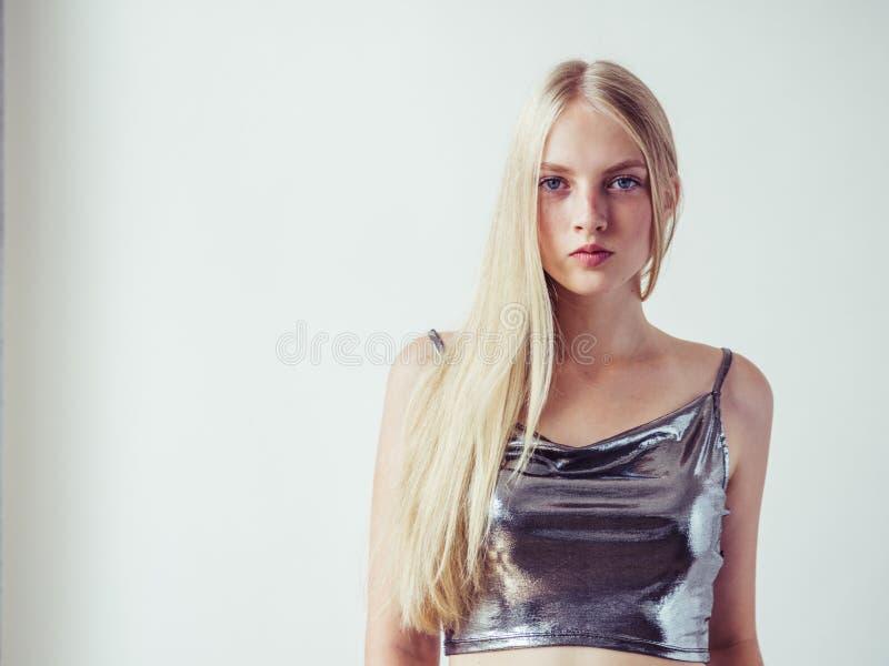 Schönes Blondinemädchen mit dem langen blonden Haar glatt und Galan stockfotografie