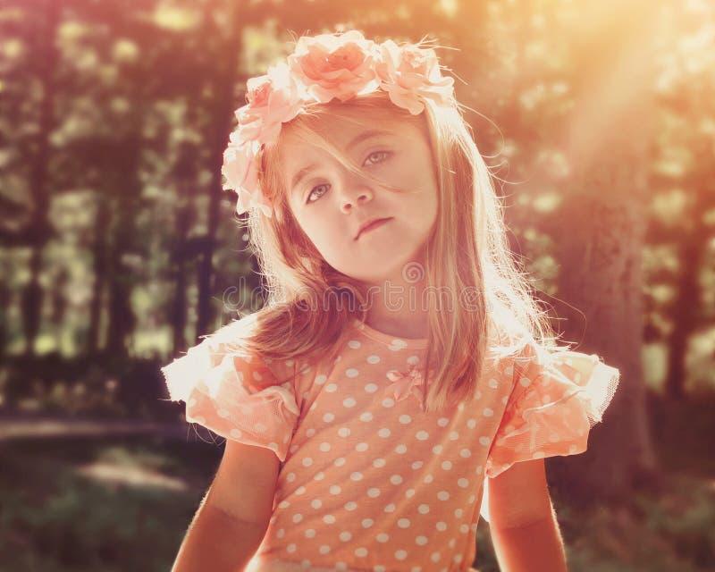 Schönes Blumen-Mädchen im Holz mit Sonnenschein lizenzfreie stockbilder