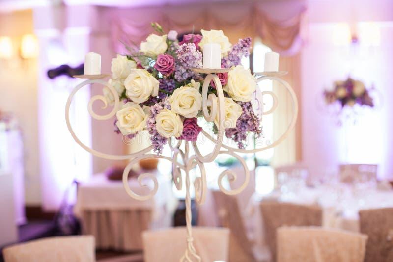 Schönes Blumenmittelstück an der Hochzeitsempfangtabellennahaufnahme lizenzfreie stockfotos
