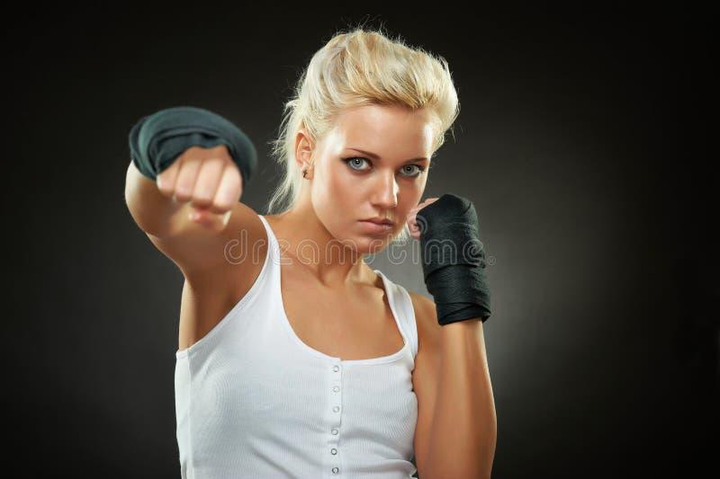 Schönes Boxermädchen mit schwarzem Verband auf Händen stockfoto