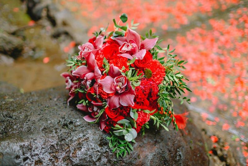 Schönes bräutlichesfloristisches Hochzeitsblumenstrauß gemacht von den roten Blumen lizenzfreies stockfoto