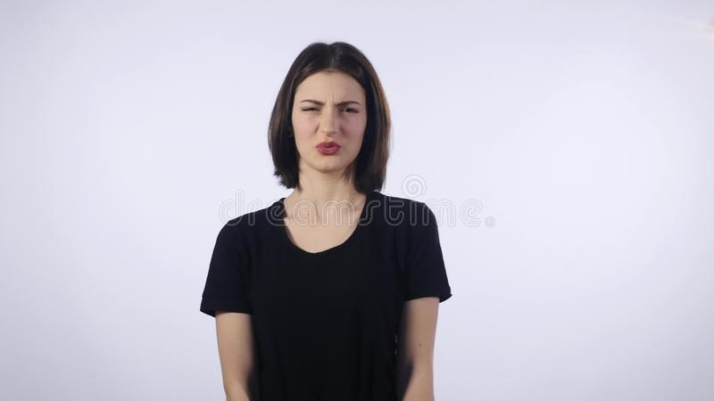 Schönes Brünettemädchen, das verschiedene Gefühle zeigt Abschluss oben stockfotografie