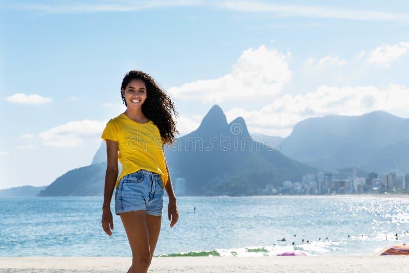 Schönes brasilianisches Mädchen an Ipanema-Strand bei Rio de Janeiro stockfoto