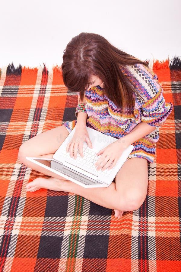 Schönes braunes jugendlich Mädchen mit Laptop lizenzfreie stockbilder