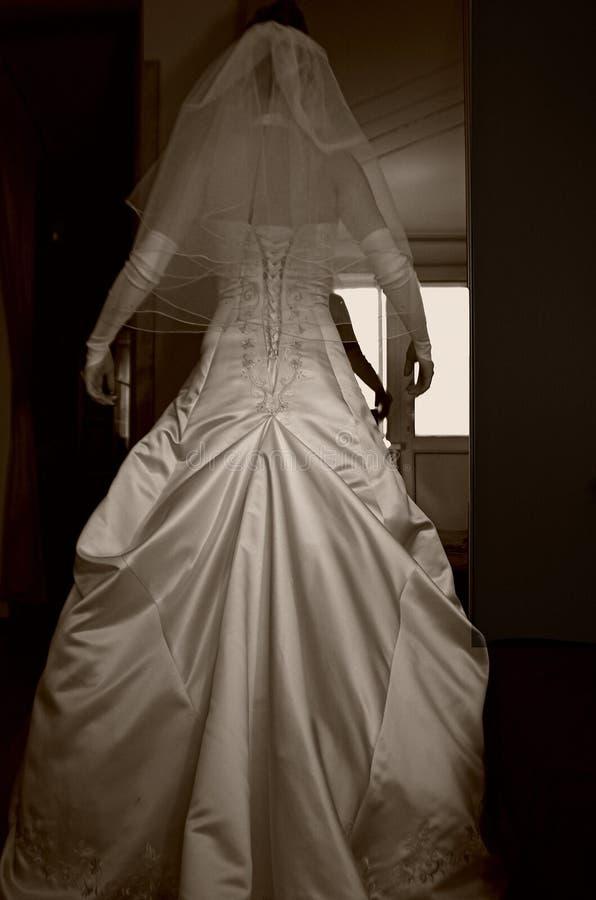 Schönes Brautkleid und -arme unten stockfoto