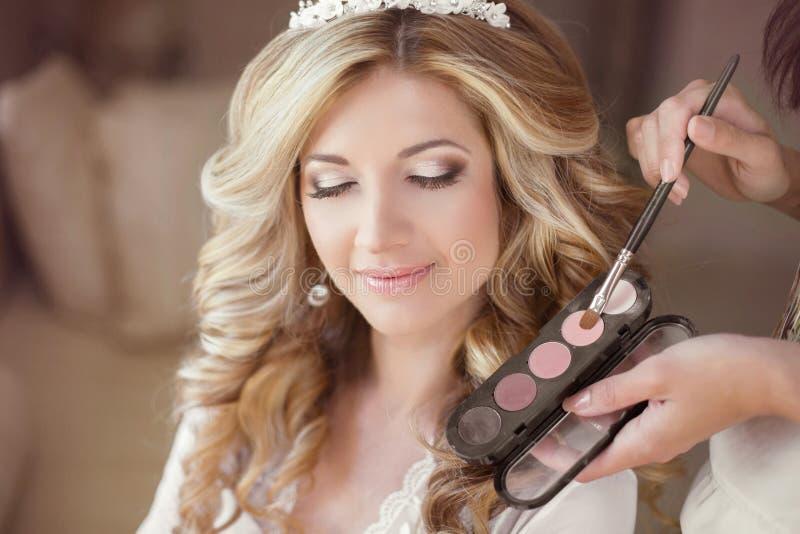 Schönes Brautmädchen mit Hochzeitsmake-up und -frisur stilist stockbild