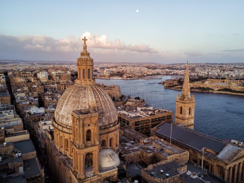 Schönes Brummenfoto von Valletta Malta bei Sonnenaufgang lizenzfreie stockfotos